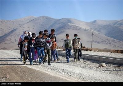 به گفته مدیرکل ارتباطات و فناوری اطلاعات استان کرمانشاه،۱۰ درصد روستاهای استان کرمانشاه به اینترنت و شبکه ملی ارتباطات متصل نیستند. دانشآموزان روستای بانریون برای استفاده از شبکه شاد هر روزه مسیر چند کیلومتری را راهپیمایی کنند و به ارتفاعات اطراف روستا برسند.
