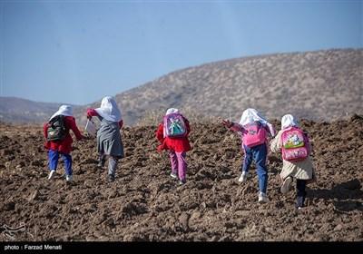 دانشآموزان روستای بانریون برای استفاده از شبکه شاد باید هر روز مسیر چند کیلومتری را راهپیمایی کنند تا به ارتفاعات اطراف روستا برسند.