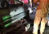 حبس 2 راکب موتورسیکلت زیر خودروی پژو 206 در پل چوبی + تصاویر