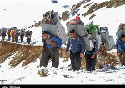 ساعتی همراه با کولبران در کوهستانهای کردستان / اینجا قلب انسان از ترس و دلهره میایستد+ فیلم
