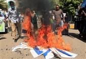مردم سودان پرچم رژیم صهیونیستی را به آتش کشیدند+تصاویر