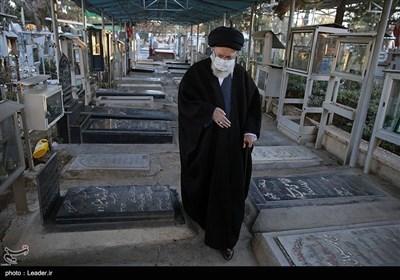 قائد الثورة الاسلامیة یزور مرقد الامام الخمینی (رض)