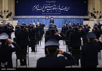 الامام الخامنئی یستقبل جمعاً من قادة وکوادر القوات الجویة للجیش