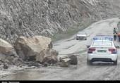 مسدود شدن محور هراز به علت ریزش کوه/ 22 مسافر گرفتار در تونل نجات یافتند