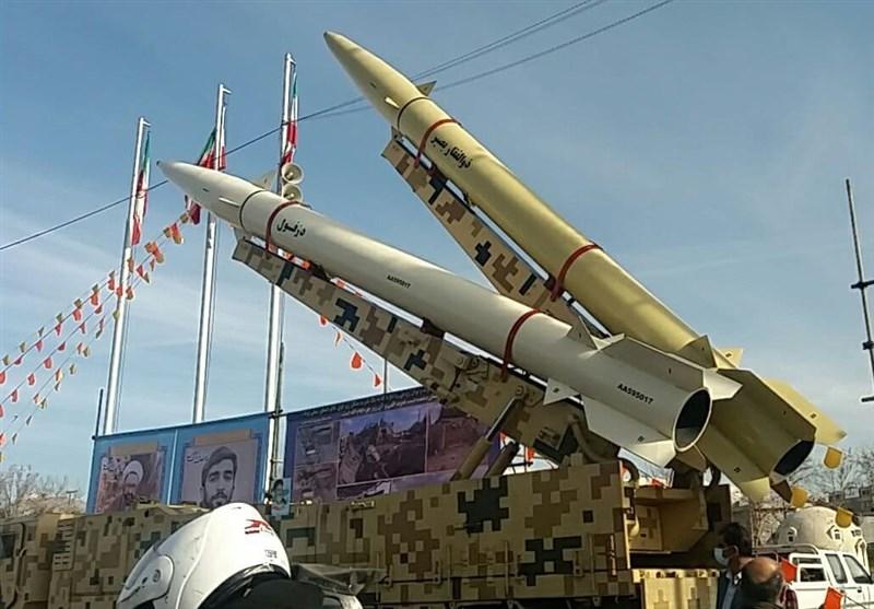 حرس الثورة یعرض 3 صواریخ بالیستیة ومنظومة للدفاع الجوی فی طهران +صور