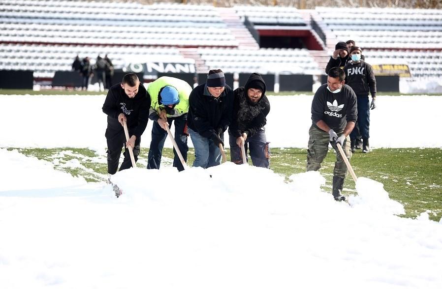 13991127160735707222518110 - آمادهسازی ورزشگاه برفی برای بازی تیم انصاریفرد + عکس