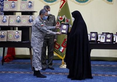 اعطا نشان فداکاری به خانواده شهدای شاخص ارتش
