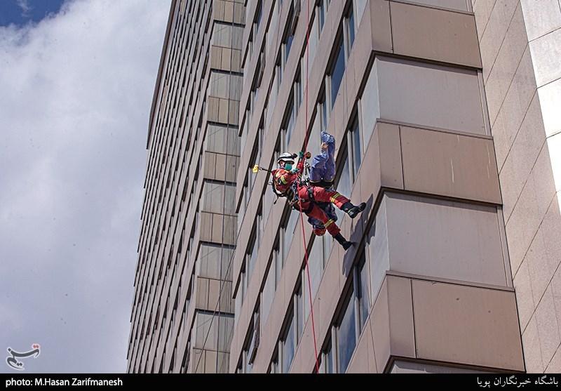 مانور آتشنشانی در هتل 26 طبقه پارسیان/ نجات مصدوم با عملیات راپل + فیلم و تصاویر