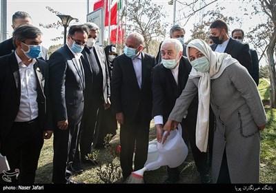کاشت نهال دوستی باهم برای زمین توسط محمدجواد ظریف وزیر امورخارجه و همسرش