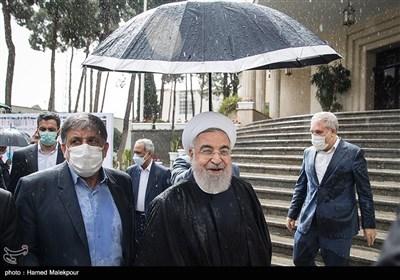 الحکومة الإیرانیة تعقد اجتماعها تحت الأمطار