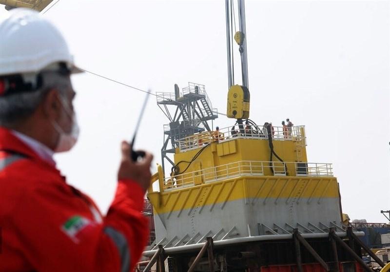 بدء تحمیل أول شحنة من صادرات النفط الإیرانی عبر بحر عمان