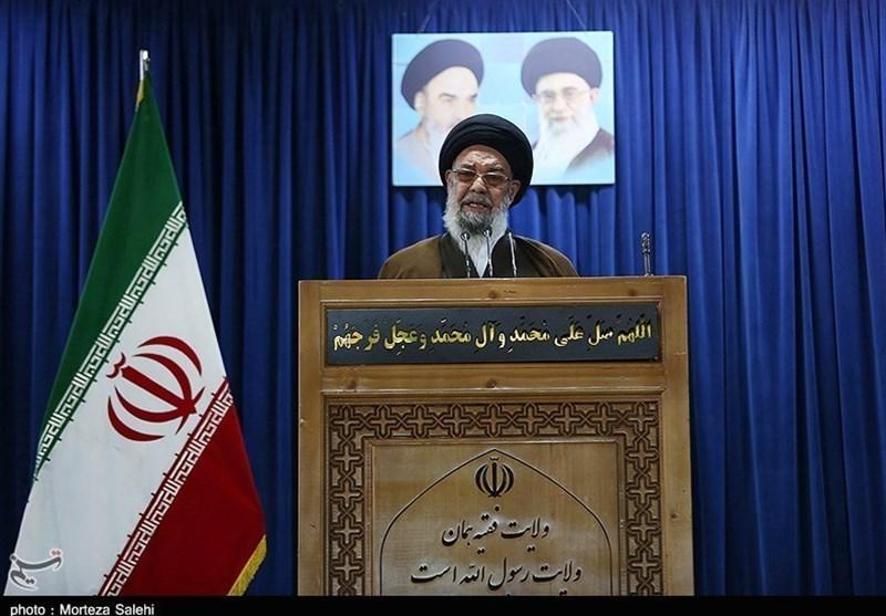 امام جمعه اصفهان: دست توانای معلمان آینده یک ملت را ترسیم میکند