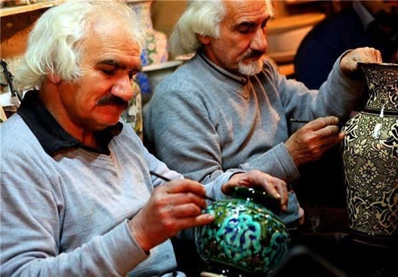 تجلیل از کارآفرینان و پیشکسوتان صنایع دستی استان فارس؛ مستند فعالیت کارگاههای تولیدی بزرگ تولید میشود