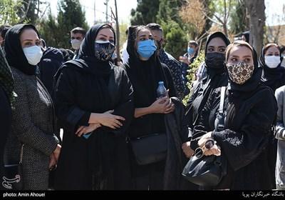 جمعی از مجریان صداوسیما در مراسم تشییع و خاکسپاری مرحومه آزاده نامداری