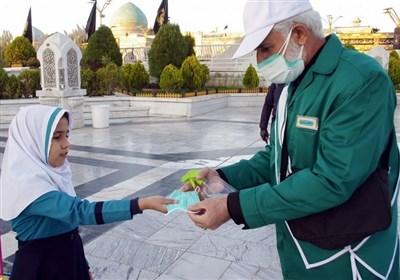 پیشتازی آستان قدس رضوی در اجرای پروتکلهای بهداشتی / توزیع ۱۰ میلیون ماسک و ۶۰۰ تُن محلول ضدعفونی در حرم رضوی