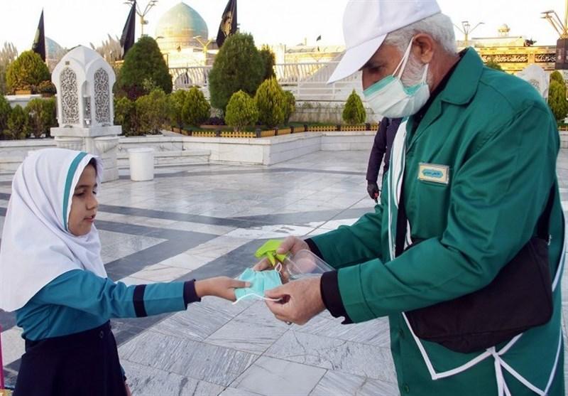 پیشتازی آستان قدس رضوی در اجرای پروتکلهای بهداشتی / توزیع 10 میلیون ماسک و 600 تُن محلول ضدعفونی در حرم رضوی