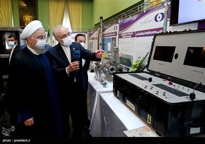 بازدید حسن روحانی، رئیس جمهور،علیاکبر صالحی رئیس سازمان انرژی اتمی از نمایشگاه دستاوردهای سازمان انرژی اتمی ایران