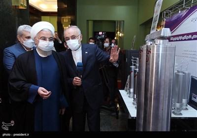 بازدید حسن روحانی، رئیس جمهور،علیاکبر صالحی رئیس سازمان انرژی اتمی و سورنا ستاری، معاون علمی و فناوری ریاست جمهوری از نمایشگاه دستاوردهای سازمان انرژی اتمی ایران