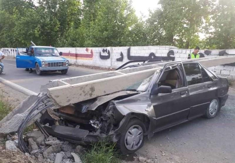 سقوط تیر چراغ برق روی پراید/ راننده جان سالم به در برد + تصاویر