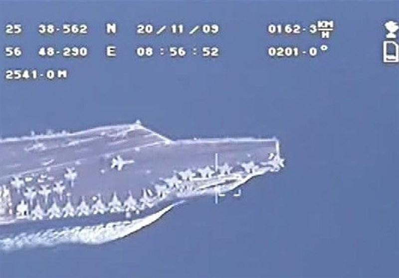 تحلیق طائرة مسیرة للحرس الثوری فوق حاملة طائرات امریکیة فی الخلیج الفارسی / فیدیو