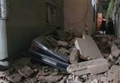 تخریب 3 خودرو به دلیل ریزش دیوار یک ساختمان + فیلم و تصاویر