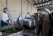 تولیت آستان قدس از مراحل طبخ و توزیع 30هزار غذای گرم در حاشیه شهر مشهد بازدید کرد