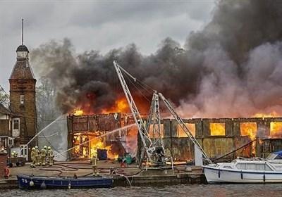 آتشسوزی بزرگ و برخاستن دود غلیط از آسمان جنوب غربی لندن
