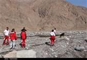 کارگران معدن سنگ بادرود گرفتار سیلاب شدند / تلاش هلال احمر برای نجات 11 کارگر گرفتار در سیل