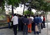 کارگران شهرداری زنجان در اعتراض به برونسپاری مناطق تجمع کردند/ عدم پاسخگویی معاون شهردار