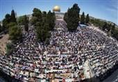 حضور دهها هزار نمازگزاران فلسطینی در مسجدالاقصی/ بالونهای آتش زا بلای جان صهیونیستها