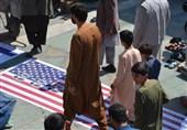 پرچمهای رژیم صهیونیستی و آمریکا زیر پای نمازگزاران در افغانستان + عکس
