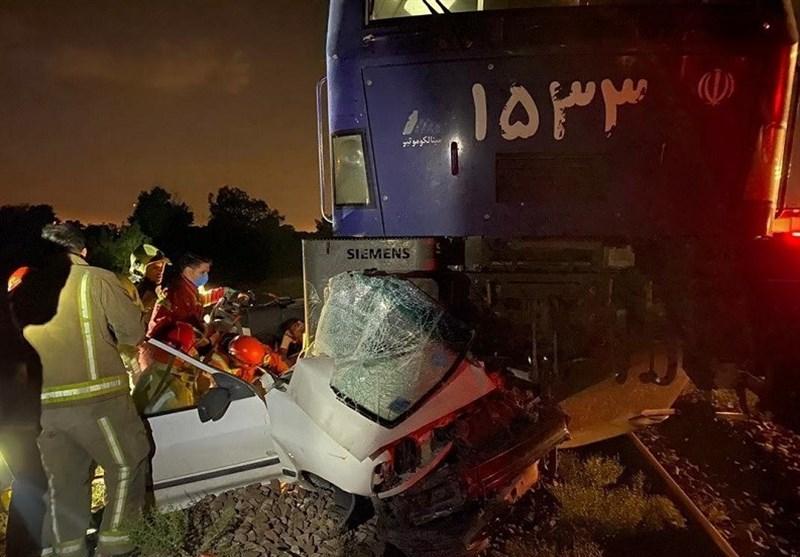 برخورد قطار با پراید در خط آهن شهرری؛ نجات معجزهآسای راننده + تصاویر