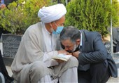 محمود کریمی بر دستان پدر شهید افغانستانی بوسه زد / روضهخوانی در جمع خانواده شهدای فاطمیون + فیلم