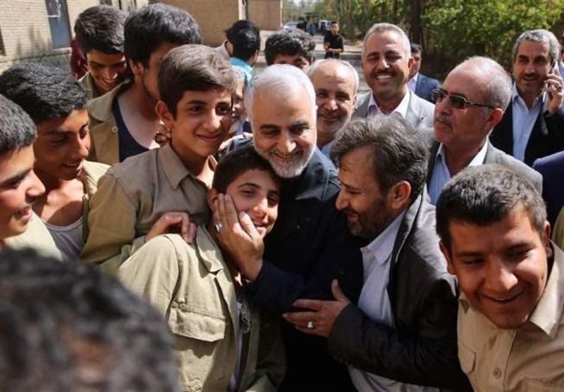 """واکنش بازیگران نوجوان """"23 نفر"""" به حضور سرزده شهید سلیمانی در پشت صحنه فیلم، در مستند """"آن روز"""" پخش میشود + فیلم"""