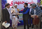 """حضور یک سیستانی با """"لباس گلی"""" در ستاد انتخابات / تنها خواسته ما """"آب"""" است + عکس"""