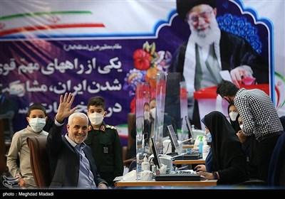 ثبت نام محسن مهرعلیزاده به همراه نوههایش در ستاد انتخابات کشور