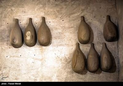 بهترین چوب بریا ساخت تنبور, توت سیاه است که بسیار کمیاب و تهیه نوع مرغوب آن بسیار مشکل است. تارسازان کلاً تار را از چوب توت میسازند چون پس از ساخت زیبا از کار در میآید؛ در مقابل آفات چوب مقاوم است و رگههای آن به ساز زیبایی خاصی میدهد.