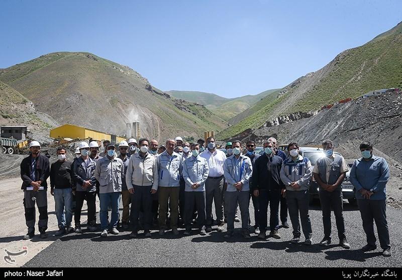 عکس یادگاری پرویز فتاح با مهندسان آزادراه تهران-شمال