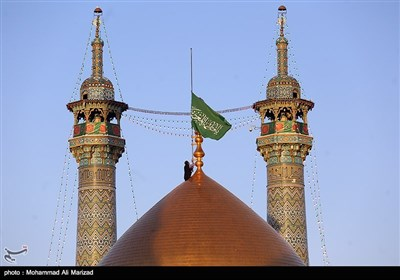 آیین تعویض پرچم گنبد حرم حضرت معصومه(س)