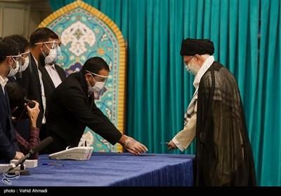 قائد الثورة الاسلامیة یدلی بصوته فی الانتخابات الرئاسیة