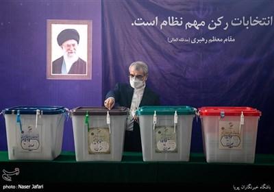 عباسعلی کدخدایی در محل صندوق اخذ رای در شورای نگهبان