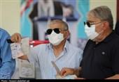 لبیک کاشانیها به فرمان رهبر انقلاب / شهروندان به یاد شهیدان در پای صندوقهای رأی حاضر شدند + فیلم