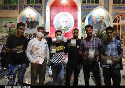 حضور پرشور مردم کرمان در ساعات پایانی رأیگیری در جوار مرقد شهید سلیمانی