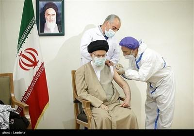 الامام الخامنئی یتلقى الجرعة الاولى من اللقاح الایرانی المضاد لکورونا