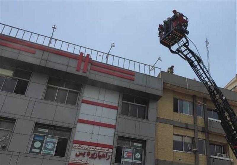 نجات 15 نفر در آتشسوزی ساختمان اداری خیابان شهید مطهری + فیلم و تصاویر