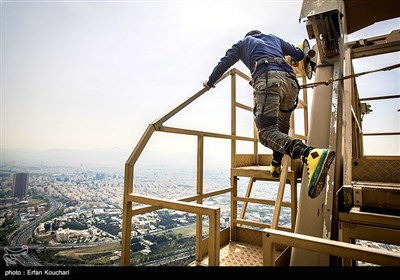 پرش از بلندترین سکوی بانجی جامپینگ دنیا در قلب تهران
