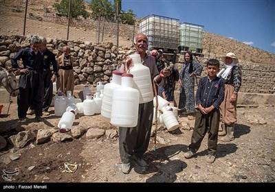 همانگونه که در تصاویر مشخص است بسیاری از اهالی منطقه برای تامین آب به چشمه مراجعه میکنند ولی با دست خالی برمیگردند.