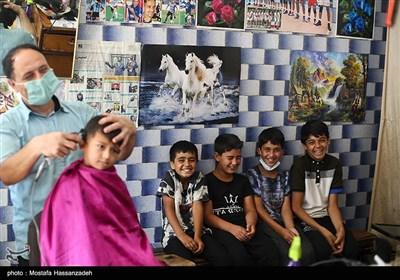 کودکان ترکمن در یکی از آرایشگاه های آق قلا در انتظار نشسته اند تا خود را برای جشن گرفتن عید قربان آماده کنند