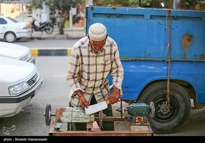 بازار تیز کردن چاقو از چند روز قبل از عید رونق میگرددو در شهر زیاد دیده میشود