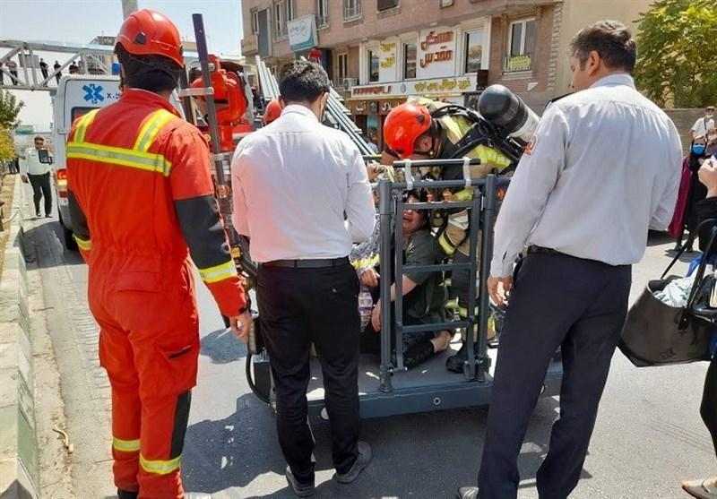 نجات 10 نفر در میان آتش و دود برخاسته از آتشسوزی چند خودرو + فیلم و تصاویر